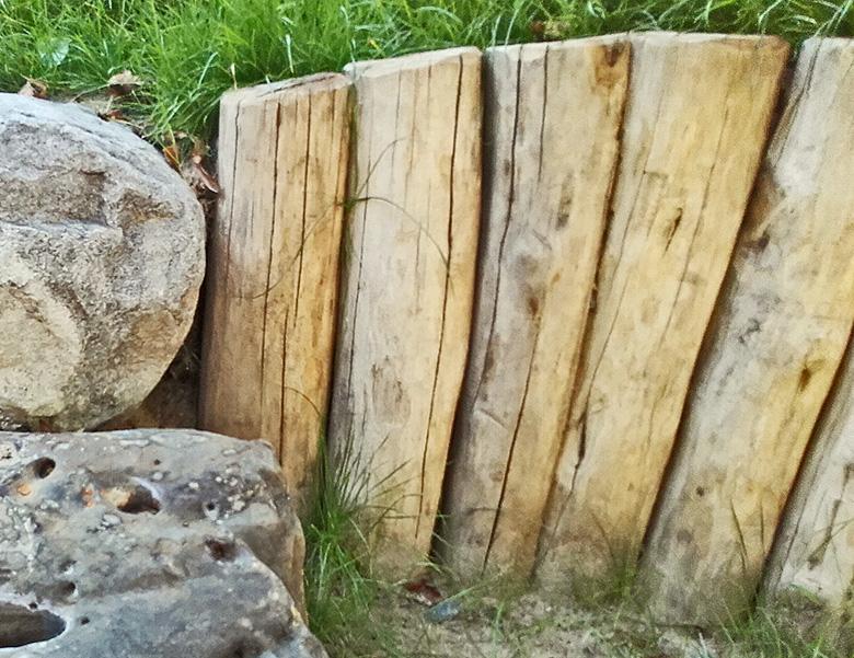 Kompost Erden Nord – Einfassung mit Holzstämmen
