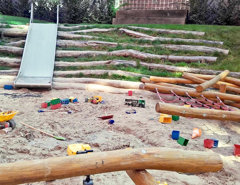 Kompost Erden Nord – Spielplatz mit Holzstämmen 01