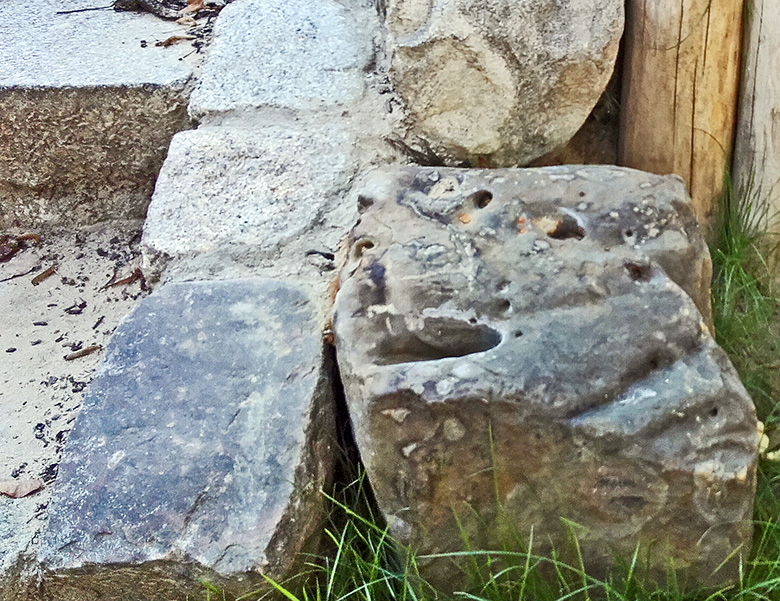 Kompost Erden Nord – Dekoration mit Findling 02
